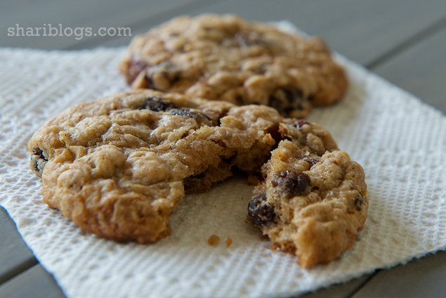 Cinnamon Oatmeal Raisin Cookies via Shari Blogs | www.shariblogs.com